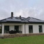 instalacja paneli na dachu
